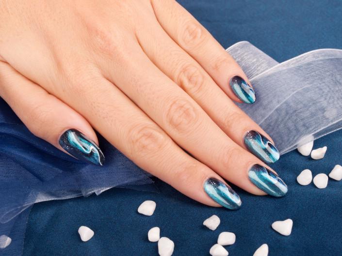 foto di mano con decorazione artistica alle unghie realizzata con la tecnica nail-art foto di still-life